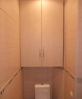 Установленный в туалете шкаф