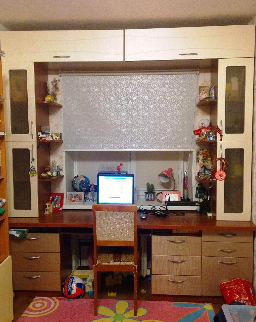 встраиваемая мебель вокруг окна фото
