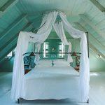 балдахин кровать на чердаке