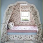 балдахин кровать у окна