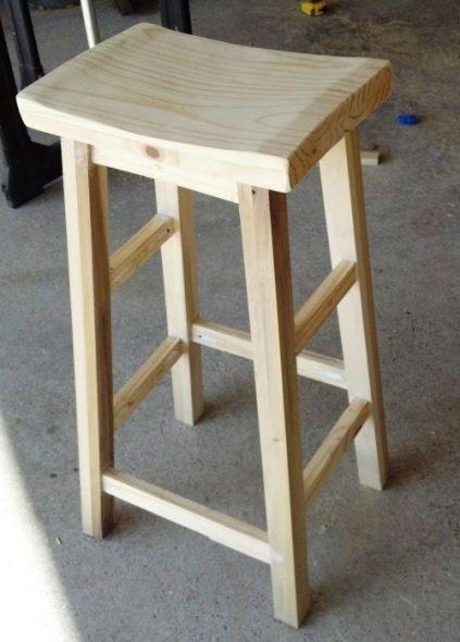 барный стул с вогнутим сидением