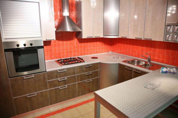 бежево-коричневый кухонный гарнитур и красный фартук