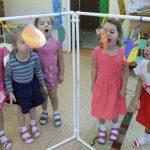 дети играют с ширмой
