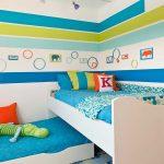детская выдвижная кровать в яркой спальне