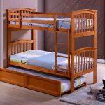 двухъярусная кровать в спальне