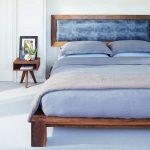 изголовье кровати голубого цвета