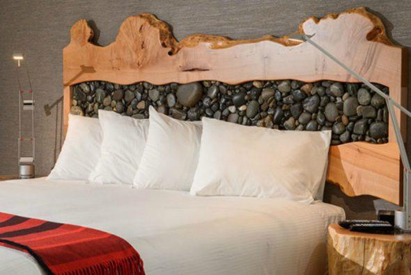 изголовье кровати с камнями