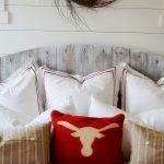 изголовье кровати с подушками