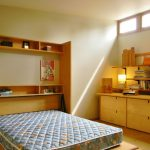 кровать трансформер в небольшой спальне