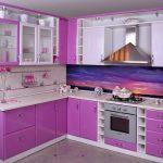 кухонный гарнитур бело-фиолетового цвета