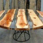 стол из спилов дерева и стекла