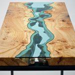 стол из срезов дерева и стекла