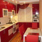узкая кухня в красном цветы