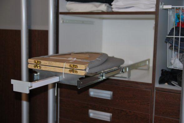 встроенная гладильная доска в шкафу опора