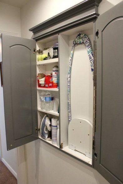 встроенная гладильная доска в шкафу с полками