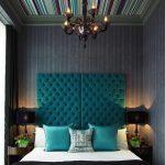 яркий дизайн изголовья кровати