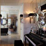 зеркала в интерьере над пианином