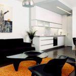 Черная мебель в сочетании с яркими цветовыми пятнами
