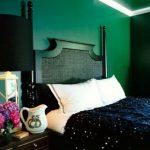 Черная мебель в зеленой спальне