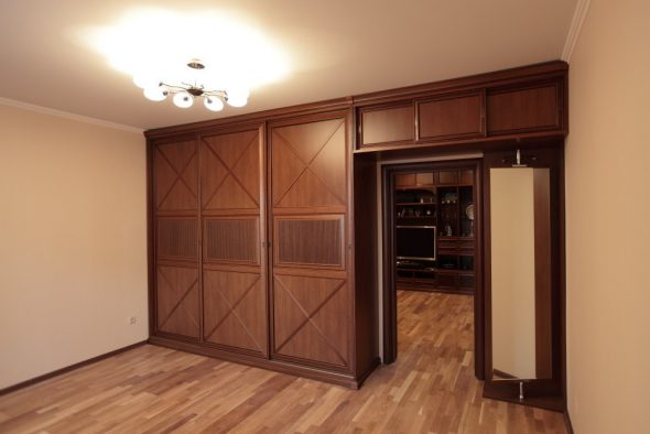 Идеи оборудования шкафа вокруг двери