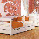 Красивая кровать в белом цвете