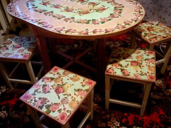 Красивый декупаж обеденного стола и табуретов