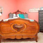 кровать из массива дерева в спальне