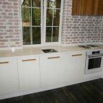 Кухонная столешница с заходом в подоконник из кварцита