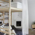 Необычная двухъярусная кровать для взрослых на колесах