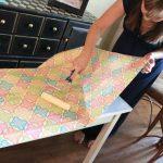 Реставрируем стол цветными обоями
