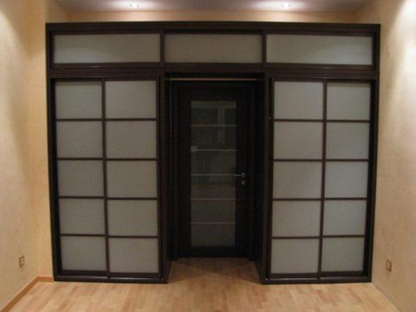 Шкаф купе вокруг дверного проема