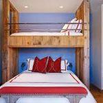 Стильная деревянная двухэтажная кровать в спальне взрослых