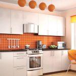 белый кухонный гарнитур с оранжевым