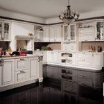 белый кухонный гарнитур с темным полом