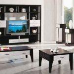 черная мебель в хорошо освещенной гостиной