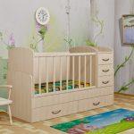 детская кровать молочного цвета