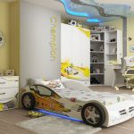 детская кровать машина в детской спальне