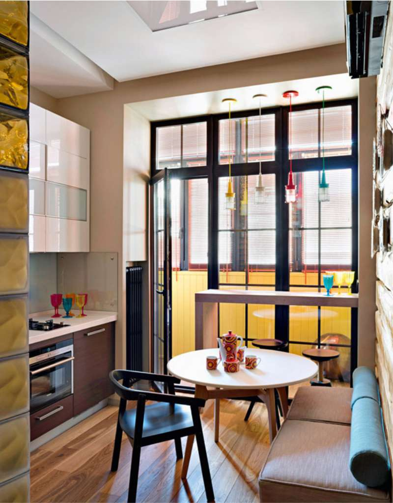 Интерьер стандартной кухни с балконом фото.