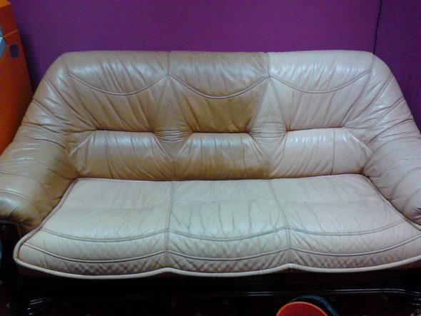 грязный кожаный диван