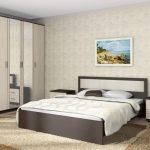 кровать подъемная в светлой спальне