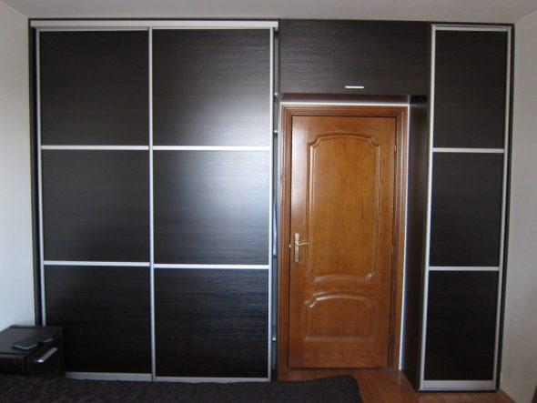 обычный шкаф вокруг двери
