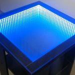 стол с эффектом бесконечности синего цвета