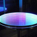 столик круглый с эффектом бесконечности