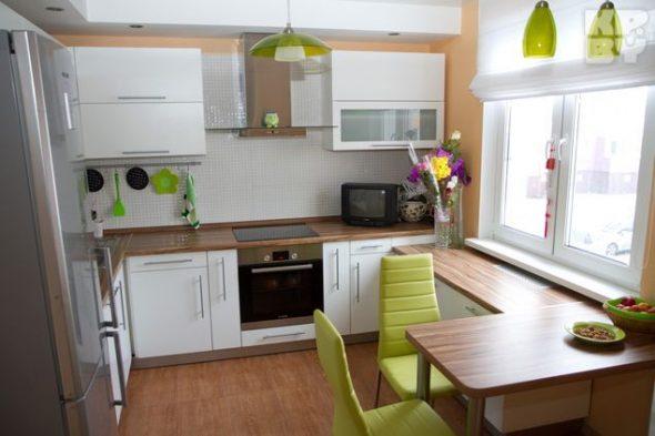 светлая кухня с зеленым акцентом