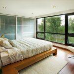 встроенный шкаф купе в спальне с матовыми дверцами