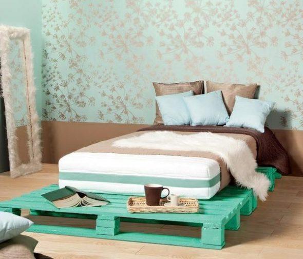 бирюзовая кровать из поддонов