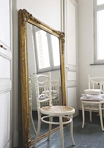 Большое зеркало в доме
