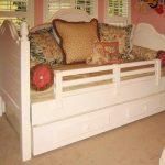 детская кровать с бортиками светлая