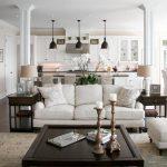 белая мебель в кухне-гостиной