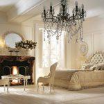 светлая спальня дизайн с камином